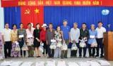 Báo Long An trao 153 phần quà tết cho hộ nghèo huyện Tân Trụ