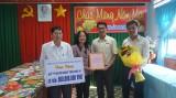 Cty Cổ phần ô tô Trường Hải tặng 500 triệu đồng cho Quỹ Vì người nghèo tỉnh