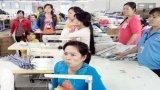 Bức xúc về tiền lương, gần 200 công nhân lãn công phản đối