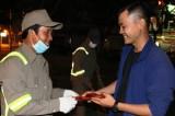 Nhóm Hành trình yêu thương Long An thăm, lì xì công nhân vệ sinh trong đêm giao thừa