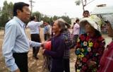Nguyên Chủ tịch nước - Trương Tấn Sang trao bò giống cho hộ nghèo các xã biên giới