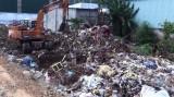 Bắt quả tang vụ chôn lấp trái phép lượng lớn chất thải công nghiệp