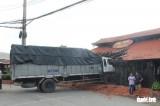 Tiền Giang: Xe tải tông sập nhà hàng