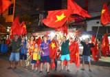 Hàng ngàn người hâm mộ hò reo ăn mừng chiến thắng của Olympic Việt Nam