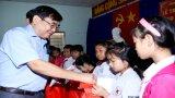 Lãnh đạo tỉnh Long An tặng quà cho các em thiếu nhi nhân dịp Tết Trung thu