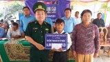 Đồn Biên phòng Sông Trăng trao học bổng cho học sinh Campuchia