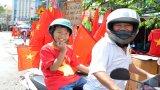 Người hâm mộ Long An sắm cờ, áo cổ vũ đội tuyển Việt Nam