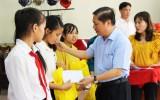 Thứ trưởng Bộ Lao động - Thương binh và Xã hội - Lê Tấn Dũng tặng quà học sinh nghèo