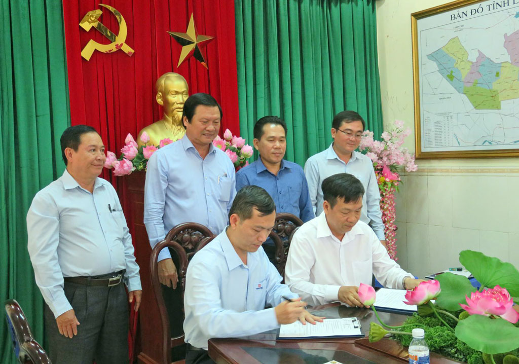 Leaders of Long An and Dong Nai Department of Industry and Trade witnessed the signing of a memorandum of understanding on consumption of agricultural products between Management Board of Dau Giay Market and Long An's enterprises