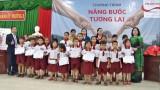 Prudential Việt Nam trao học bổng cho học sinh nghèo Kiến Tường