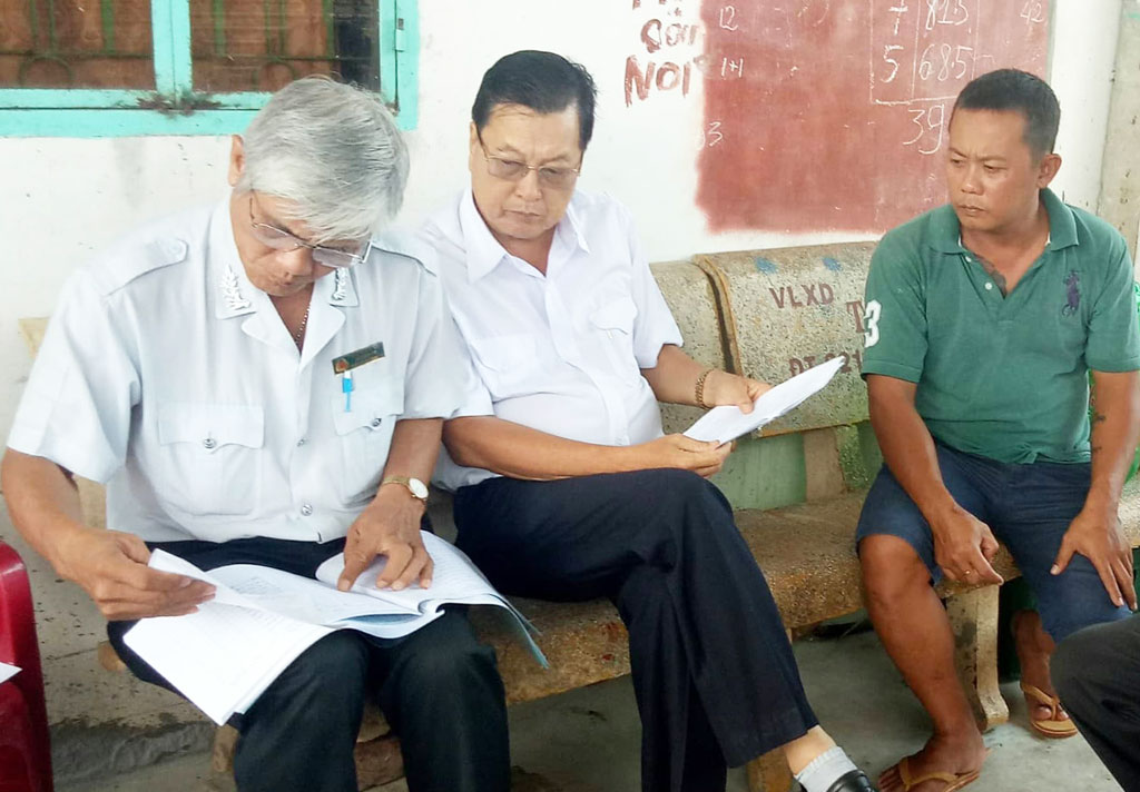 Officials from Long An Division of Livestock, Veterinary and Fisheries checked the papers of source, origin and quarantine at transfer stations and pig collection points in Duc Hoa district
