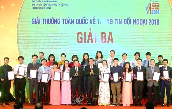 The 3rd prize winners are presented awards (Photo: TTXVN)