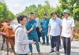 Nguyên Chủ tịch nước - Trương Tấn Sang trao bò giống cho hộ khó khăn