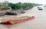 Sà lan chở 600 tấn đá va vào mố cầu chìm xuống sông