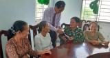 Phó Chủ tịch HĐND tỉnh Long An – Nguyễn Thanh Cang tặng quà gia đình chính sách