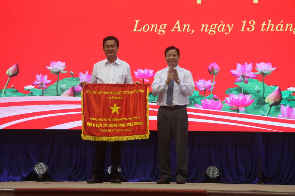 Hau Nghia high school received an excellent emulation flag of the Government