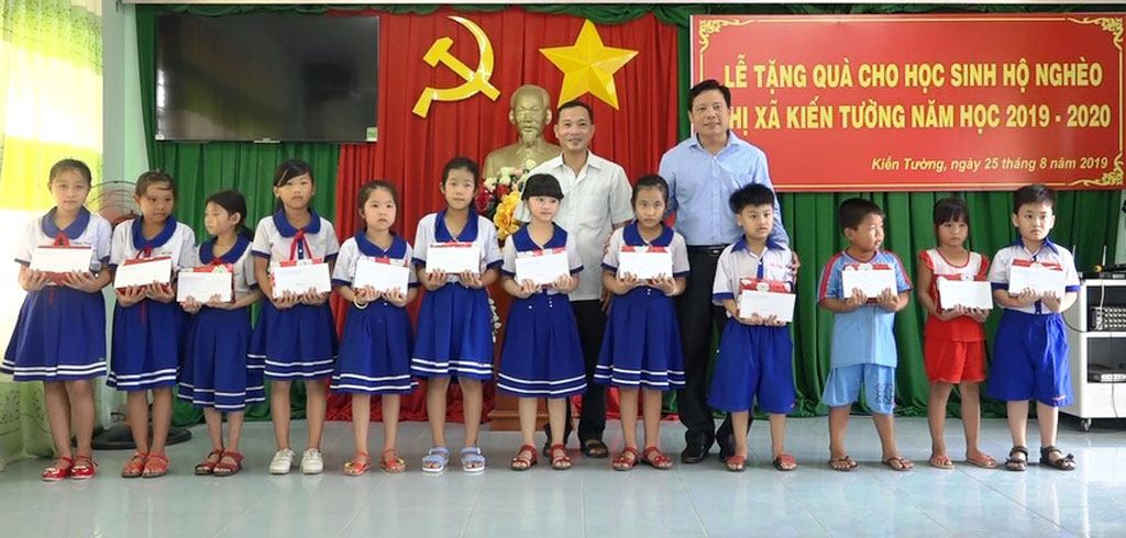 Vice Chairman of Long An provincial People's Committee - Pham Tan Hoa presents gifts to poor students