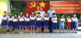 Phó Chủ tịch UBND tỉnh Long An – Phạm Tấn Hòa trao quà cho học sinh nghèo