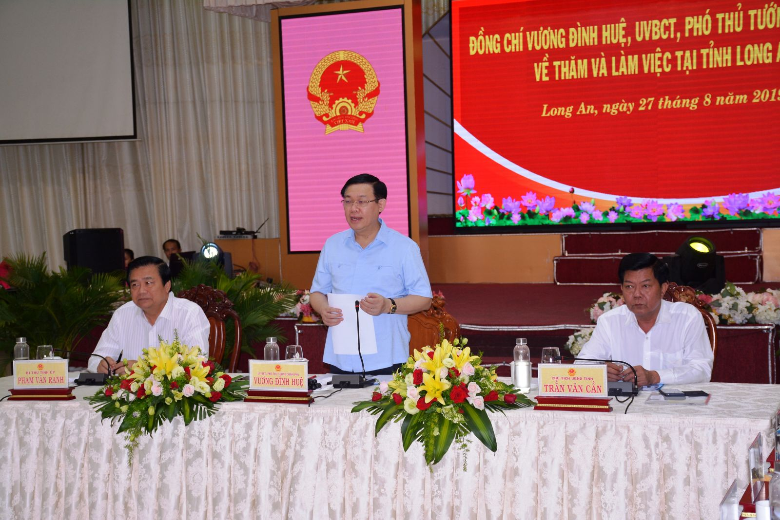 Deputy PM - Vuong Dinh Hue speaks at the conference