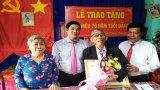 Phó Bí thư Tỉnh ủy, Chủ tịch UBND tỉnh Long An trao Huy hiệu 70 năm tuổi Đảng cho đảng viên cao tuổi Đảng