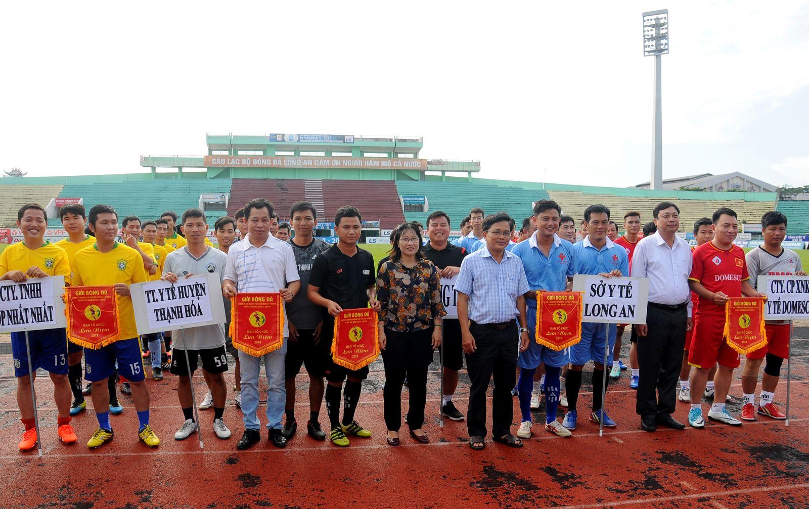 Ban tổ chức trao cờ lưu niệm cho các đội