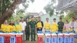 Bộ CHQS tỉnh Long An tặng 425 phần quà cho Việt kiều Campuchia