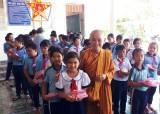 Hội LHPNVN huyện Tân Trụ trao quà Trung thu cho trẻ em có hoàn cảnh khó khăn