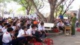 Cảnh sát giao thông tuyên truyền an toàn giao thông cho học sinh