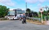 Tân Thạnh: Có biển báo cấm nhưng ô tô quá tải trọng vẫn qua cầu