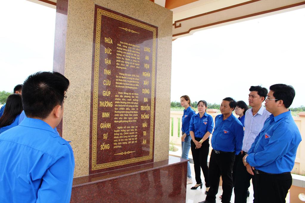 Đoàn viên, thanh niên viếng Nhà bia truyền thống xã Thừa Đức - công trình ghi dấu mối quan hệ gắn bó mật thiết, tình đoàn kết keo sơn giữa quân và dân tỉnh Long An với quân và dân xã Thừa Đức