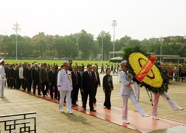 Delegates to the 9th VFF National Congress pay tribute to President Ho Chi Minh at his mausoleum in Hanoi on September 18 morning (Photo: VNA)