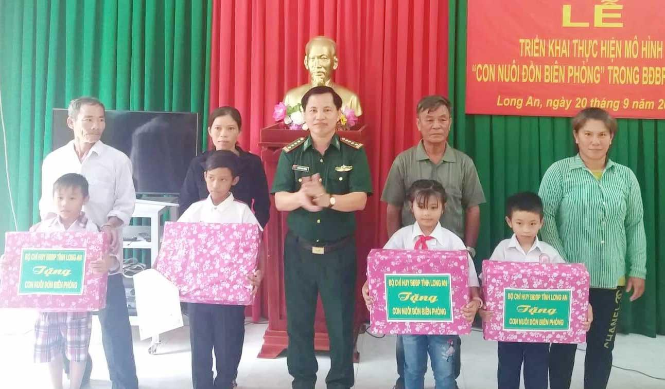 Đại tá Nguyễn Minh Phương tặng quà các cháu con nuôi của các đơn vị BĐBP tỉnh tại buổi lễ