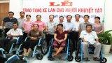 Cần Đước: Tặng xe lăn cho người khuyết tật