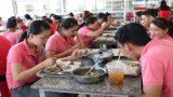 Bài cuối: Cần bảo đảm chất lượng bữa ăn giữa ca cho công nhân