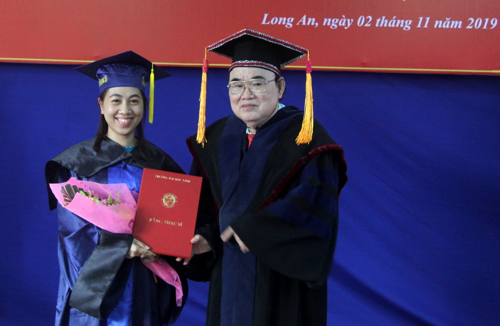 Chairman of Long An University of Industrial Economics University - Prof. Dr. Le Dinh Vien awards new masters' degree