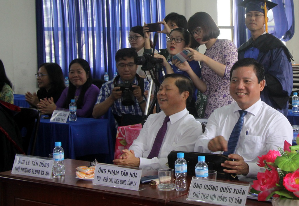 Deputy Minister of Labor, Invalids and Social Affairs - Le Tan Dung (2nd R) attends and congratulates new masters