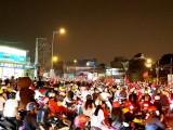 Người hâm mộ bóng đá Long An đổ ra đường ăn mừng chức vô địch