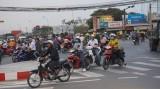 Bất cập giao thông giờ cao điểm ngã tư Bình Nhựt - QL1