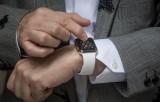 """AirPods và Apple Watch sẽ tiếp tục giúp Apple """"bay cao"""" trong 2020"""