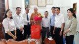 Phó Chủ tịch HĐND tỉnh Long An – Nguyễn Thanh Cang tặng quà cho đảng viên cao niên