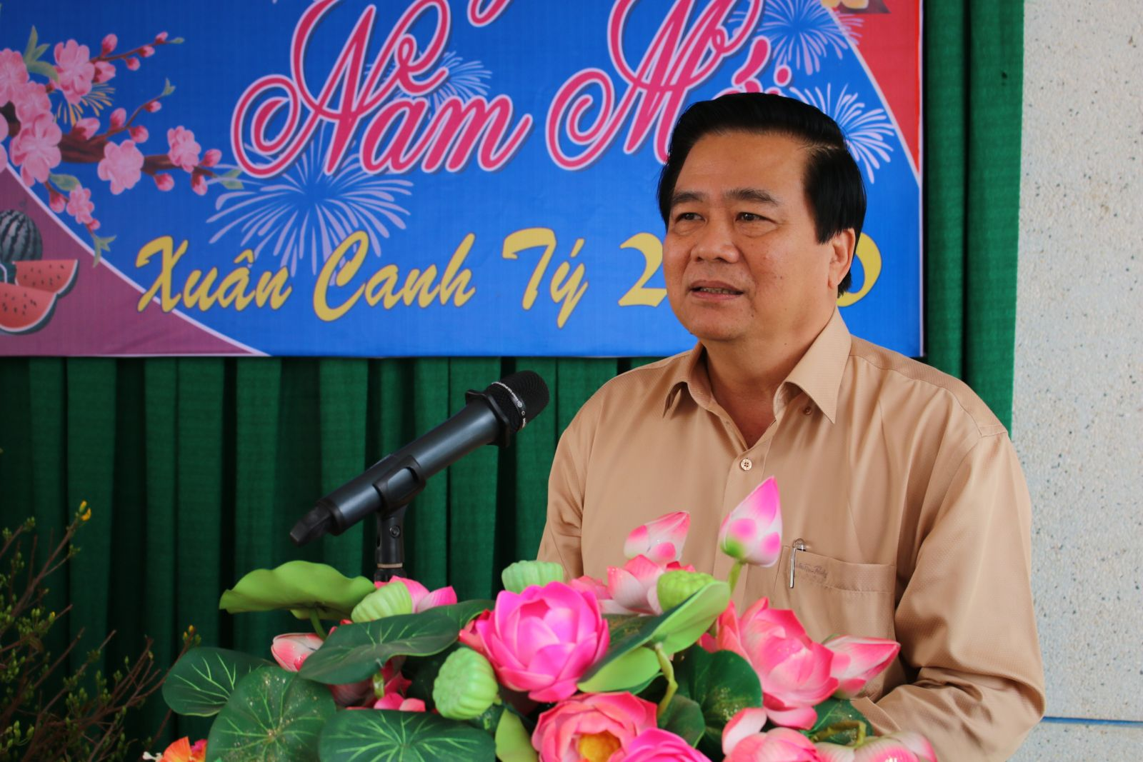 Secretary of the Provincial Party Committee, Chairman of the Provincial People's Council - Pham Van Ranh informs some outstanding results of the socio-economic, national defense and security in 2019 and wishes Tet festival to the forces.
