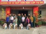 Đồn Biên phòng Sông Trăng tặng quà tết cho học sinh có hoàn cảnh khó khăn