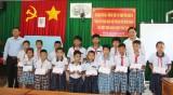 Phó Chủ tịch UBND tỉnh Long An – Phạm Tấn Hòa tặng quà trẻ em có hoàn cảnh đặc biệt khó khăn