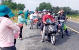 Tân Thạnh: Đoàn Thanh niên xã Nhơn Ninh phát nước miễn phí cho người đi đường