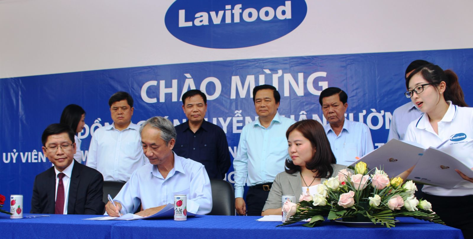 Minister Nguyen Xuan Cuong and the delegation witness the commitment of Vietnamese businesses and farmers to accompany the farmers.