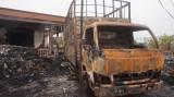 Cháy lớn lúc đêm khuya, thiêu rụi bãi phế liệu, 1 xe tải và biến dạng căn nhà