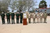 Đồn Biên phòng Cửa khẩu Quốc tế Bình Hiệp tặng khẩu trang y tế cho Đồn Công an Cửa khẩu Quốc Tế PrayVo