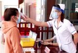 Trung tâm Y tế Cần Đước làm tấm ngăn giọt bắn, bảo vệ sức khỏe y, bác sĩ trước dịch Covid-19