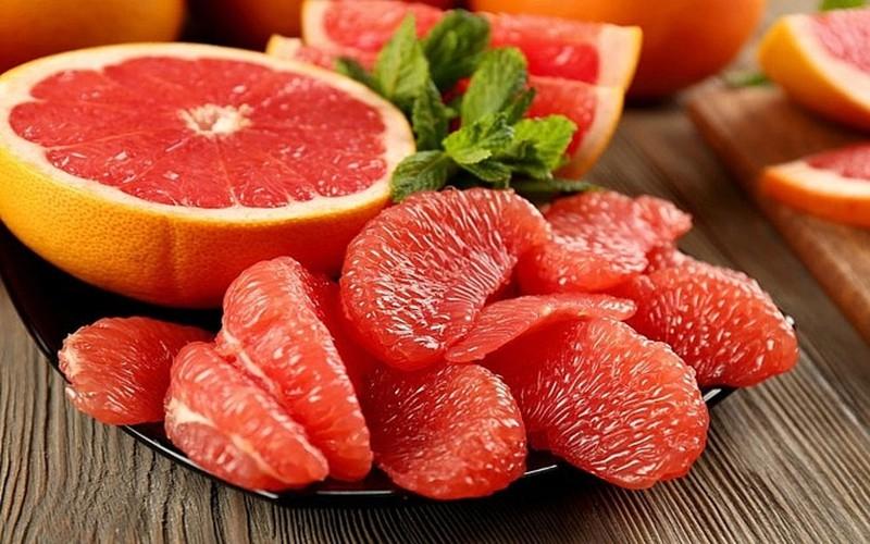 Bưởi là loại trái cây giàu vitamin C, vitamin B - chất thúc đẩy quá trình sản xuất collagen, nhờ đó phục hồi làn da và mái tóc đang tổn thương vì ô nhiễm và hóa chất.