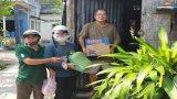 Nhóm Nghĩa tình yêu thương - S.O.S Tân An tặng quà cho người nghèo